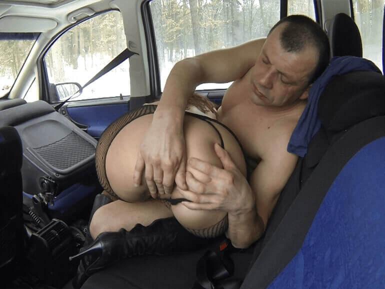 Deutsche Anal Schlampe im Auto in den Arsch gebumst