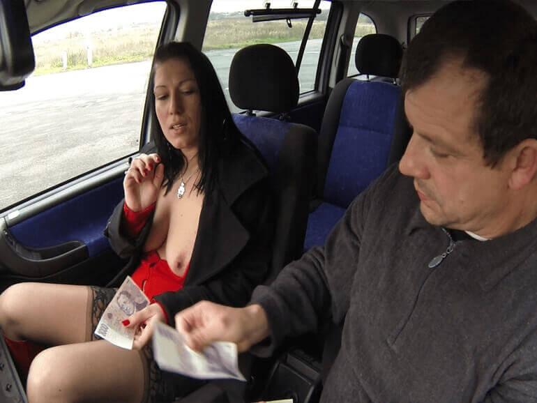 Geile Strassenstrich Nutte aus Teplice zeigt ihre nackten Titten im Auto
