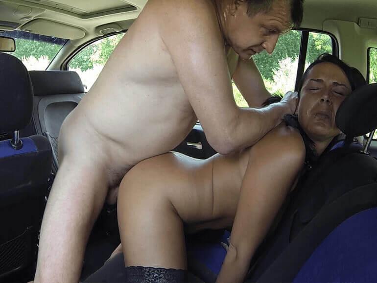 Günstige Hobbyschlampe aus Kaplice im Auto anal gebumst