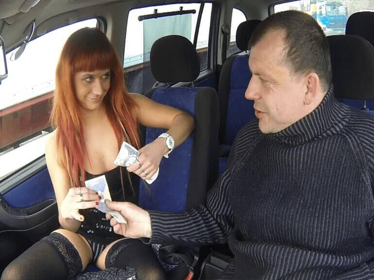 Tschechische Nutte nach dem Nuttenfick im Auto bezahlt